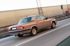 Automobile veloce sulla strada principale Fotografia Stock