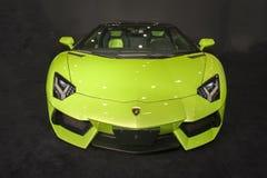 Automobile verde dell'automobile scoperta a due posti di lamborghini Immagine Stock