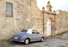 Automobile vicino ad una vecchia casa - Malta dell'annata Fotografie Stock