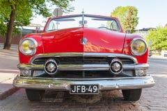 Automobile 1951, vista frontale di Ford Custom Deluxe Tudor fotografia stock libera da diritti