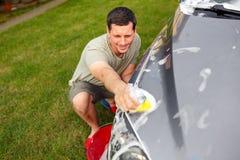 Automobile washing Automobile di pulizia facendo uso della vista superiore della schiuma e della spugna fotografie stock