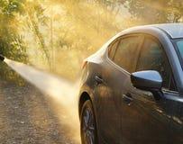 Automobile washing Automobile grigia di pulizia di colore facendo uso di acqua ad alta pressione i Fotografia Stock