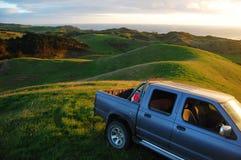 Automobile a zona rurale superiore della collina verde Immagine Stock Libera da Diritti