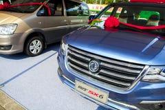 Automobiles chinoises de Dongfeng sur l'affichage à l'exposition de voiture de Dongguan attendant les acheteurs éventuels Photos libres de droits