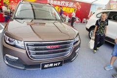 Automobiles chinoises de Haval sur l'affichage à l'exposition de voiture de Dongguan attendant les acheteurs éventuels Images libres de droits