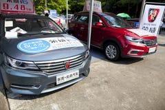 Automobiles chinoises de Roewe sur l'affichage à l'exposition de voiture de Dongguan attendant les acheteurs éventuels Photos libres de droits
