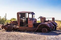 Automobiles dépouillées de vintage dans le désert de l'Arizona Image stock