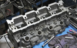 Automobilhauptblockmaschine in der Werkstatt lizenzfreies stockfoto