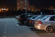 automobili alla notte nel parcheggio Fotografia Stock Libera da Diritti