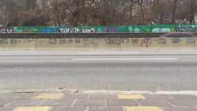 Automobili alla strada principale di Naberezhne archivi video