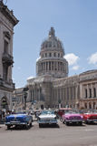 Automobili americane in Campidoglio cubano Immagine Stock Libera da Diritti
