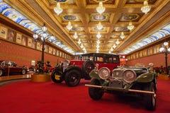 Automobili antiche e motociclette storiche su esposizione al museo Angkut fotografia stock