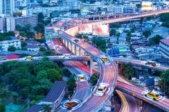 Automobili astute con il sensore automatico che guida sulla metropoli con collegamento senza fili immagine stock