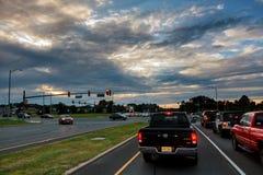 Automobili attaccate nel traffico ad un'intersezione Immagine Stock