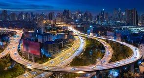 Automobili autonome con il sensore automatico che guida sulla città con collegamento senza fili immagini stock libere da diritti