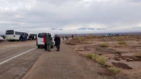 Automobili, bus e camion nella coda che aspetta l'apertura della strada per la Bolivia fotografie stock libere da diritti