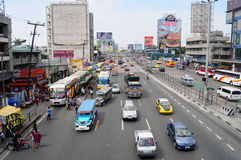 Automobili che corrono sulla via a EDSA a Manila, Filippine fotografia stock