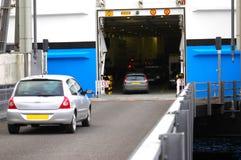 Automobili che entrano nella piattaforma del traghetto. Immagini Stock
