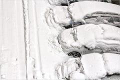 Automobili che parcheggiano con la neve Fotografia Stock Libera da Diritti