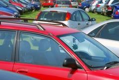 Automobili che parcheggiano sull'erba Fotografia Stock