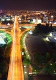 Automobili che si muovono tramite la strada principale fotografia stock libera da diritti