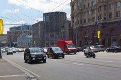 Automobili che viaggiano sulla via Immagini Stock Libere da Diritti