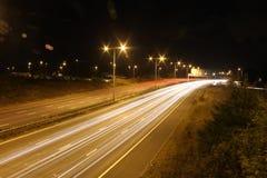Automobili commoventi alla notte fotografie stock libere da diritti
