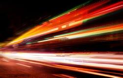Automobili commoventi con la traccia vaga veloce dei fari immagine stock