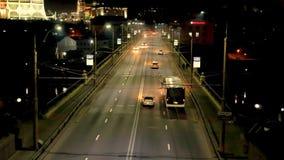 Automobili con i fari su andare velocemente sulla strada principale sopra il ponte alla notte Guardare dall'alto in basso traffic archivi video
