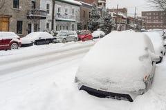 Automobili coperte in neve durante la bufera di neve Immagine Stock Libera da Diritti