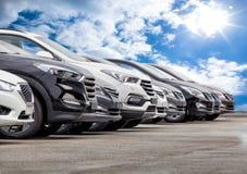 Automobili da vendere la fila del lotto delle azione immagine stock libera da diritti