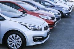 Automobili da vendere la fila del lotto delle azione fotografia stock libera da diritti