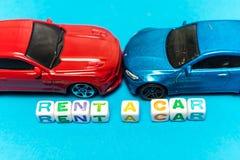 Automobili del giocattolo della foto L'iscrizione per affittare un'automobile fotografia stock