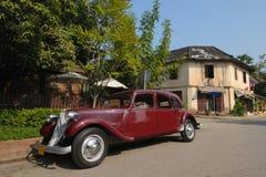 Automobili dell'annata in via principale antiquata Fotografia Stock