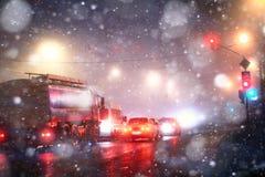 Automobili della città della nebbia di notte Immagini Stock Libere da Diritti