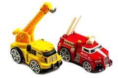 Automobili della piccola del giocattolo autopompa antincendio e di una gru fotografia stock libera da diritti
