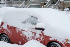 Automobili della via che parcheggiano dopo la tempesta della neve Fotografia Stock