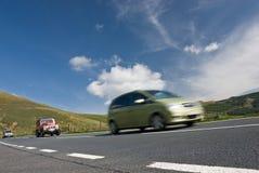 Automobili di accelerazione sulla strada della montagna Fotografia Stock Libera da Diritti