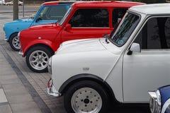 Automobili di Austin Mini Cooper nella linea pronta per la manifestazione, belle automobili minuscole e colorate perfette per la  fotografie stock libere da diritti