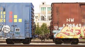 Automobili di ferrovia con i graffiti variopinti Fotografie Stock Libere da Diritti