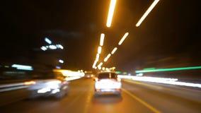 Automobili di lasso di tempo che corrono sulla strada sulla notte stock footage