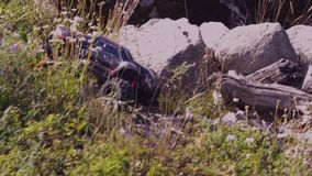 Automobili di modello controllate della radio Giocattoli con telecomando Riposo - Cofee bevente Concetto degli adulti e dei bambi stock footage