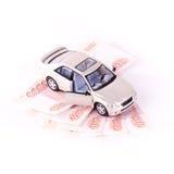 Automobili di modello su cinque banconote fotografia stock libera da diritti