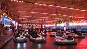 Automobili di paraurti in un parco di divertimenti video d archivio