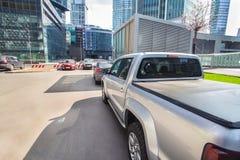 automobili di parcheggio nel centro di affari immagine stock libera da diritti