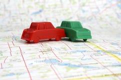 Automobili di plastica miniatura su una mappa Fotografie Stock Libere da Diritti