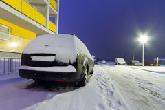 Automobili di Snowy all'inverno in Polonia Fotografia Stock