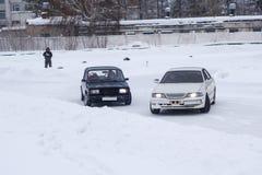 Automobili di spostamento su ghiaccio fotografia stock