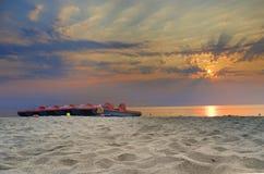 Automobili di tramonto dell'oceano e dell'acqua della sedia Fotografia Stock