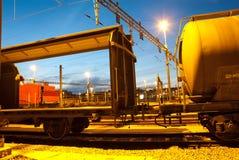 Automobili di treno del trasporto a penombra Fotografie Stock Libere da Diritti